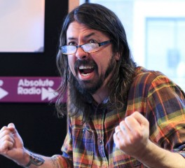 Dave Grohl: «Τα λεφτά μου πάνε κατευθείαν στην τράπεζα και μουχλιάζουν!»