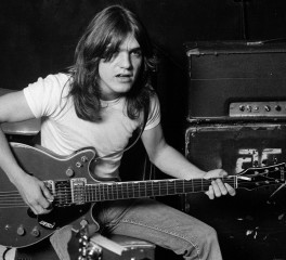 H rock κοινότητα αποχαιρετά τον Malcolm Young