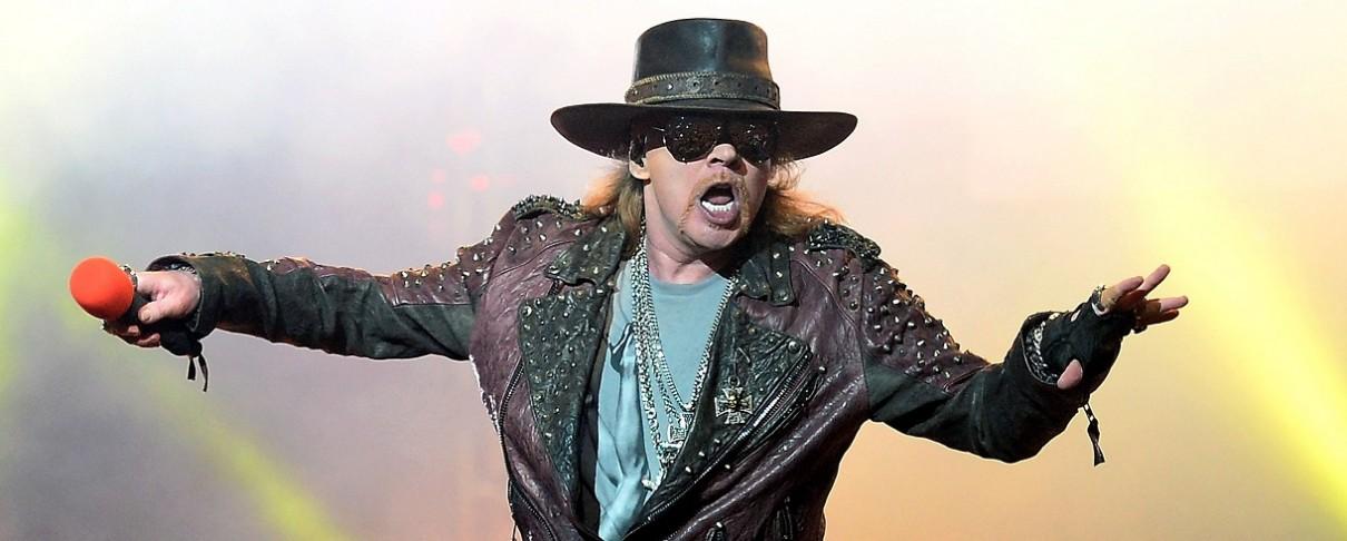 O Axl Rose παρουσιάζει ομοίωμα του Tramp σε συναυλία στο Μεξικό και προσκαλεί fans στη σκηνή