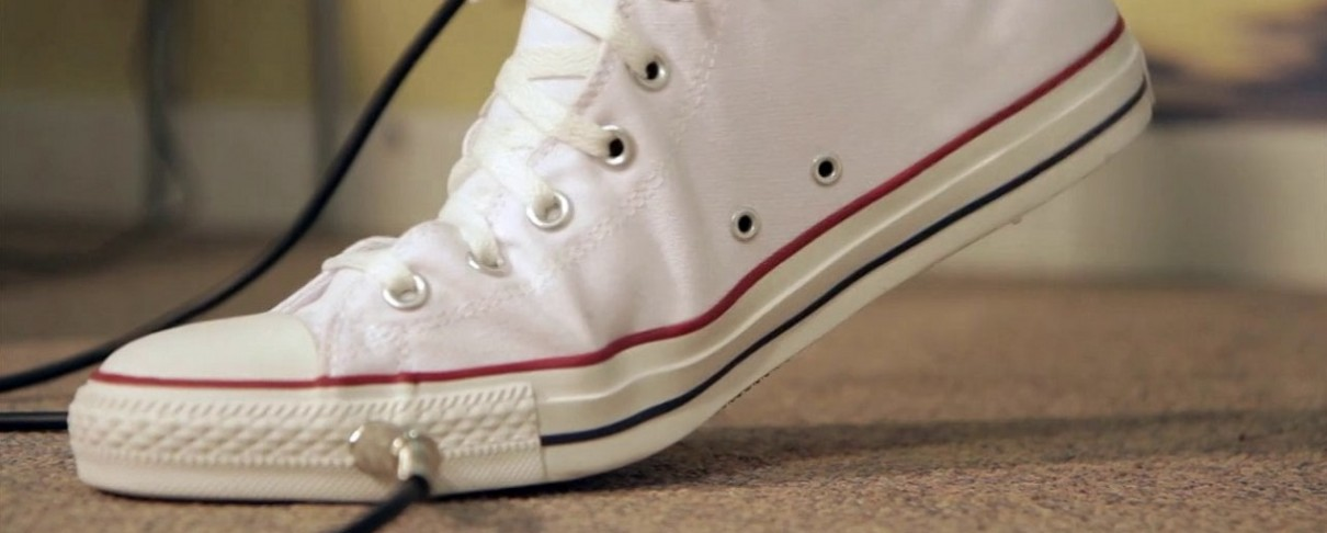 Wah πετάλι ενσωματωμένο σε αθλητικό παπούτσι
