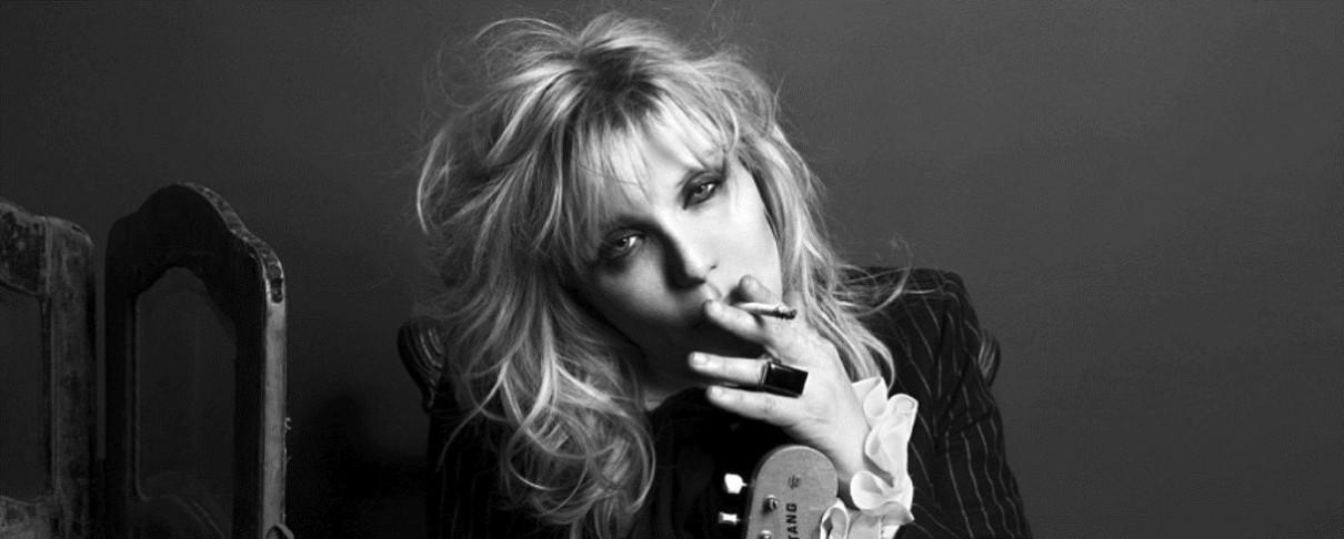 Η μεθυσμένη Courtney Love φεύγει «κλοτσηδόν» από πάρτυ των Guns N' Roses