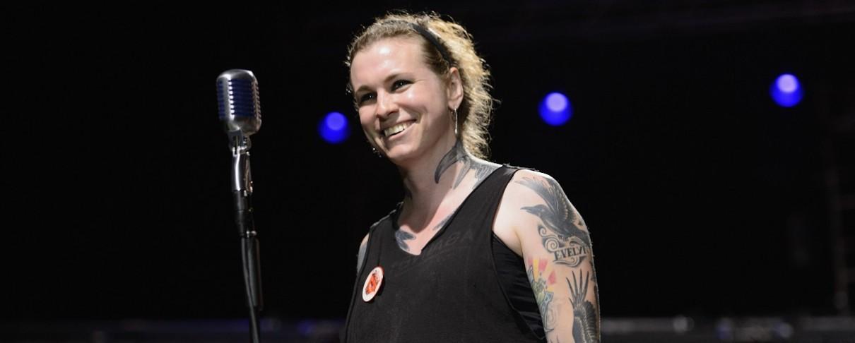 Η τραγουδίστρια των Against Me! καίει το πιστοποιητικό γέννησής της σε συναυλία