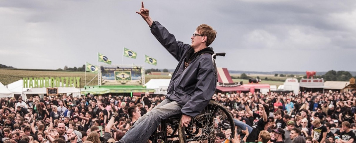 Fan των NOFX κάνει crowd surf με το αναπηρικό καροτσάκι του
