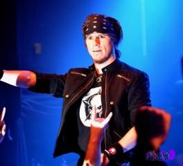 Ο τραγουδιστής των Amaranthe κάνει ένα «διάλειμμα» από την περιοδεία της μπάντας