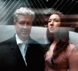 David Lynch και Chrysta Bell μας παρασύρουν σε μια αισθησιακή νυχτερινή βόλτα με το αυτοκίνητο (video)