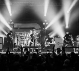 100 fans κατακλύζουν τη σκηνή σε live των Periphery (video)