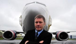 Ο Bruce Dickinson κάνει ξενάγηση στο αεροπλάνο των Iron Maiden (video)