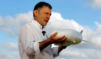 Bruce Dickinson: «Οι πετρελαϊκές εταιρείες πρέπει να μάθουν από το πάθημα των δισκογραφικών»