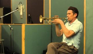 Ακούστε τον Ethan Hawke να τραγουδά jazz