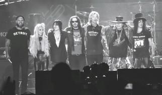 Χαρτόνι με σύνθημα «Πού είναι ο Izzy;» αφαιρείται από μέλος του κοινού και καταστρέφεται σε συναυλία των Guns N' Roses