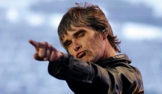 Ο Ian Brown …πατάει γκάζι για να προλάβει πρόβα των Stone Roses