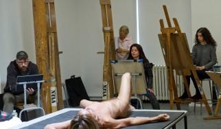 Ο Iggy Pop ποζάρει γυμνός για εργαστήριο σχεδίου