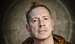 Ο γιος του μάνατζερ των Sex Pistols καίει punk αναμνηστικά αξίας 5 εκατομμυρίων