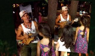 Ο Manu Chao τραγουδά σε παιδάκια στο Παγκράτι!