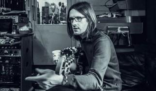 Mε τα... μούτρα στη δουλειά ο Steven Wilson