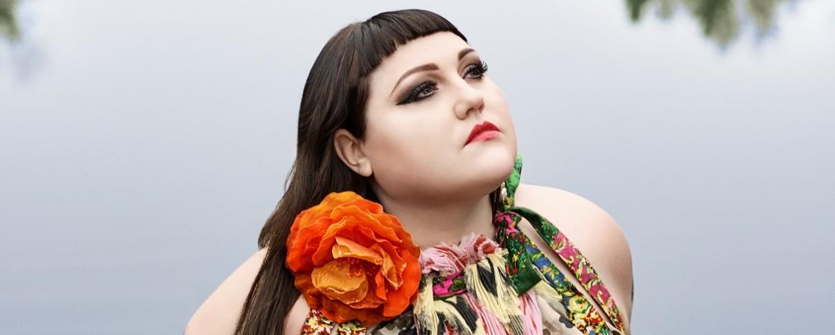 Η πρώην τραγουδίστρια των Gossip, Beth Ditto, δημοσιεύει «κομμάτι-φωτιά»