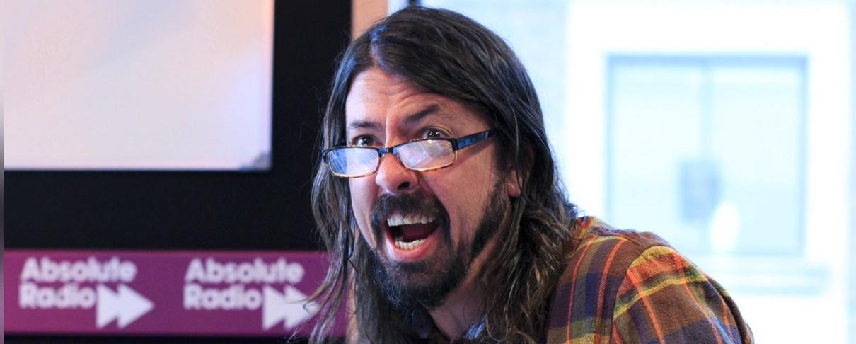 Dave Grohl: «Τα λεφτά μου πάνε κατευθείαν στην τράπεζα και μουχλιάζουν!»