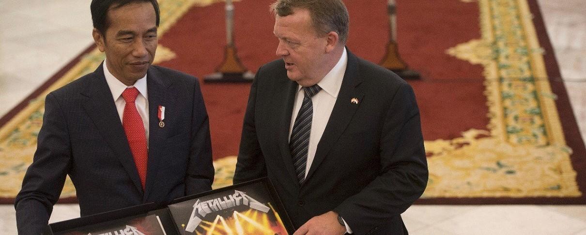 """Ο Δανός πρωθυπουργός δωρίζει το """"Master Of Puppets"""" στον πρόεδρο της Ινδονησίας"""