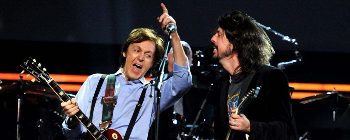 O Paul McCartney παίζει ντραμς για τους Foo Fighters