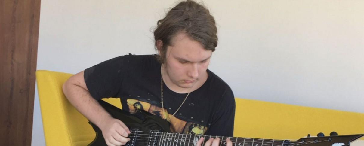 Δεκαεξάχρονος λαμβάνει μια κιθάρα, δώρο από τον προσφάτως αποθανόντα πατέρα του (video)