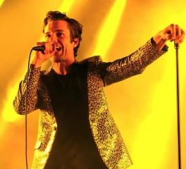 Οι Killers διασκευάζουν Morrissey και ανεβάζουν φωτογράφους στη σκηνή (video)