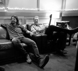 Ο Dave Grohl και ο Josh Homme φωτογραφίζονται μαζί στο στούντιο…
