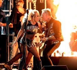 Αυτή είναι η πολυσυζητημένη εμφάνιση Metallica-Lady Gaga