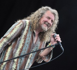 Robert Plant: «Δεν φοράω πλέον γυναικείες μπλούζες, αλλά εξακολουθεί να μου αρέσει η μουσική»