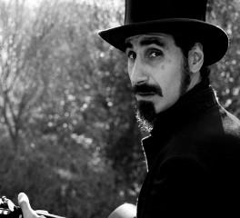 O Serj Tankian βάζει τις νότες και εσύ το τραγούδι