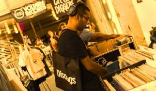 Και βιβλία, κόμιξ, ταινίες, αφίσες από το Discogs