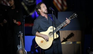 Ο Eddie Vedder διασκευάζει Talking Heads, Springsteen, Rolling Stones και Neil Young (video)