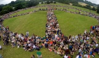 Χιλιάδες άνθρωποι δημιουργούν το μεγαλύτερο σήμα της ειρήνης στο Glastonbury Festival