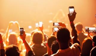 Μεγάλη έρευνα για τη χρήση κινητών τηλεφώνων κατά τη διάρκεια συναυλιών