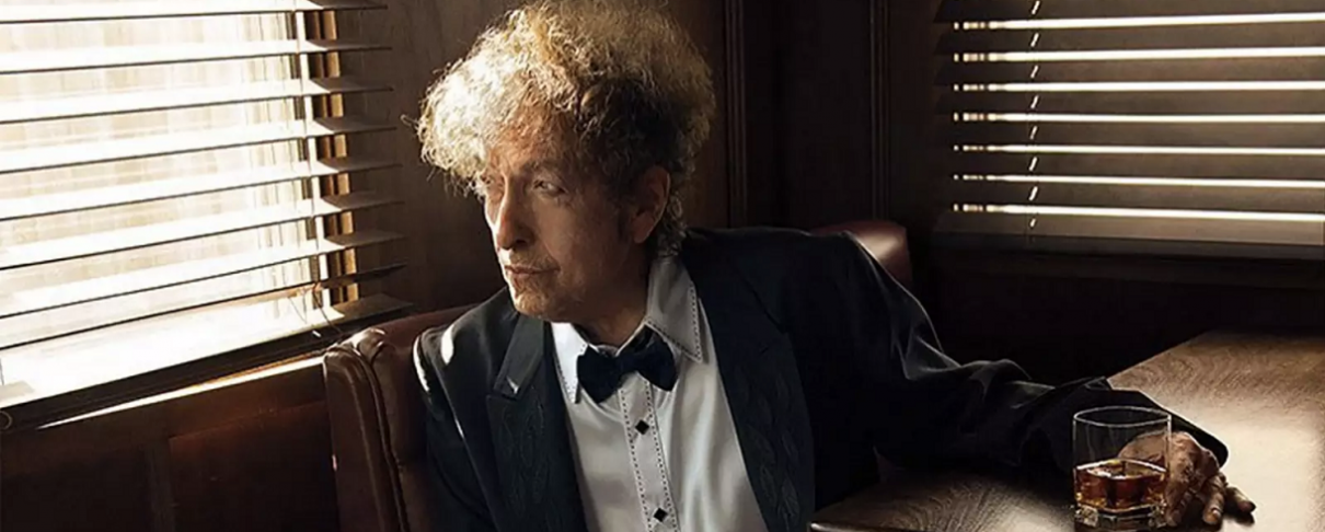 O Bob Dylan στο τσίρκο με ένα μπουκάλι ουίσκι ανά χείρας