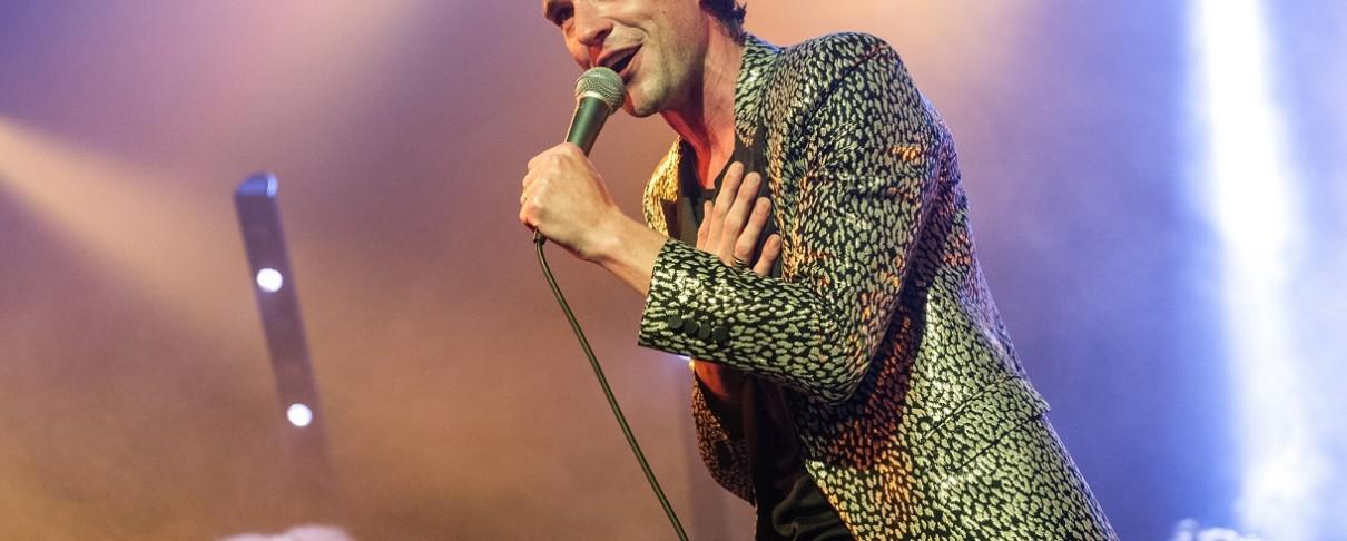 """Οι Killers διασκευάζουν το """"Wonderwall"""" των Oasis"""