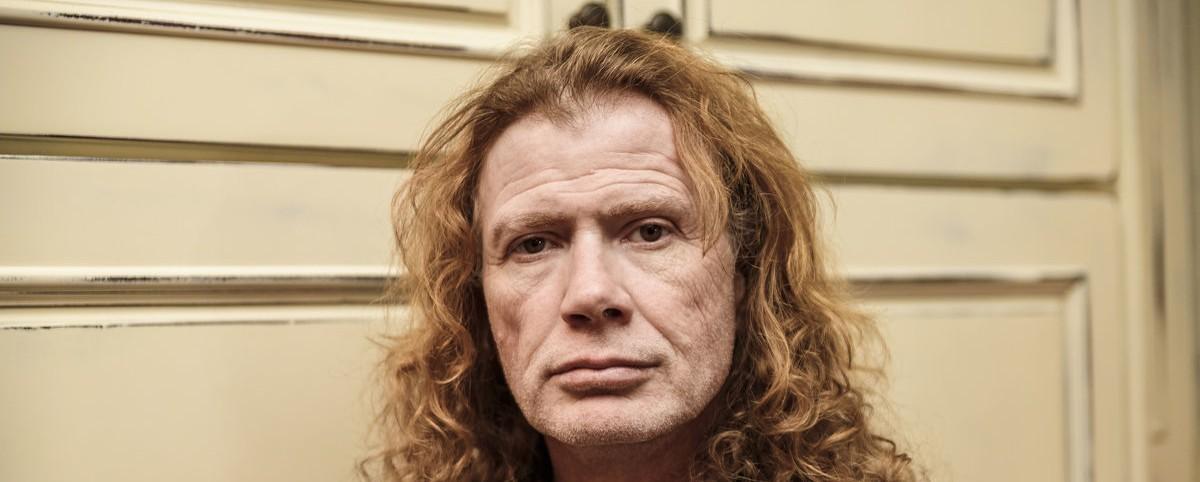 Ο Dave Mustaine με μια κιθάρα στις ...σκάλες ενός ξενοδοχείου