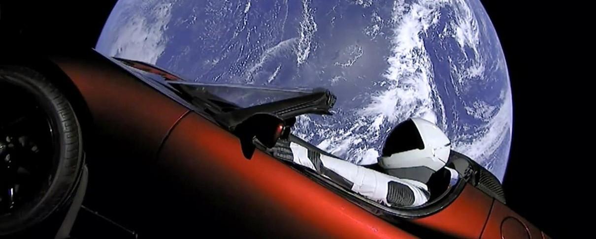 """Ρουκέτα εκτοξεύει αυτοκίνητο στο διάστημα υπό τους ήχους του """"Life Οn Mars?"""" του David Bowie"""