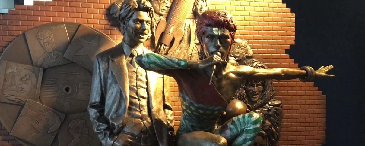 Άγνωστοι βανδάλισαν άγαλμα του David Bowie