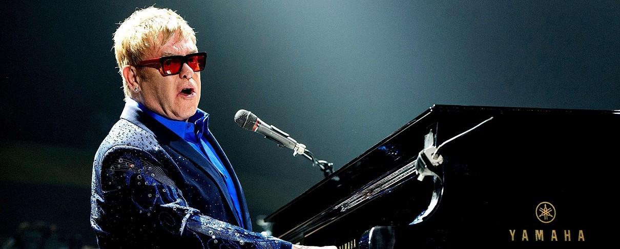O Elton John εγκαταλείπει τη σκηνή λέγοντας σε fan να πάει να γαμ…