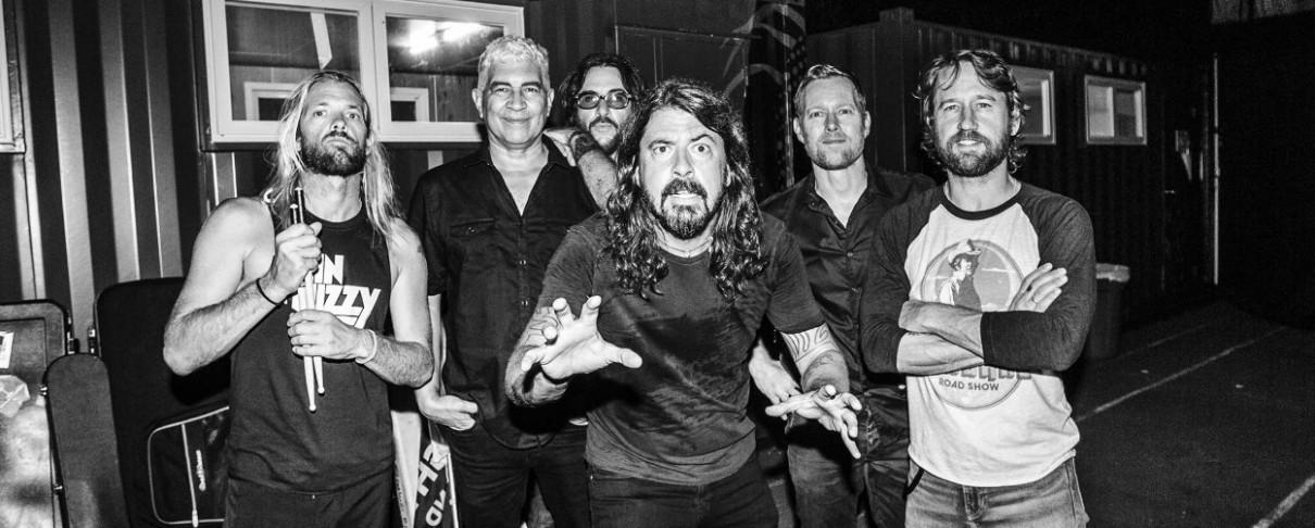 Οι Foo Fighters προσκαλούν φαν των Kiss στη σκηνή (video)
