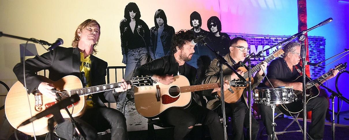 Ο Billie Joe Armstrong, ο Duff McKagan και ο Steve Jones σε tribute για τον Johnny Ramone