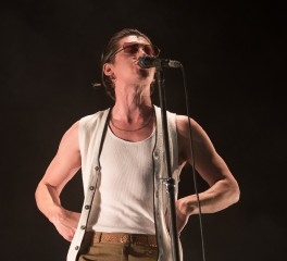 Οι Arctic Monkeys διασκευάζουν Elvis Costello από σκηνής (video)