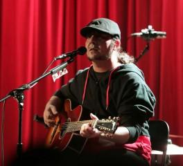 Ο Daron Malakian διασκευάζει System Of A Down σε ακουστικό σετ