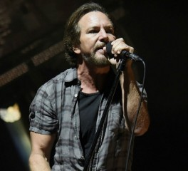 O Eddie Vedder τζαμάρει με τον Mike Campbell σε μια… τουαλέτα