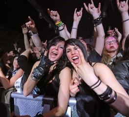 Οι fans του heavy metal, το mosh pit και οι απομακρυσμένες φυλές της Νέας Γουινέας