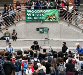 Live εμφάνιση-έκπληξη του Jack White σε σχολείο της Washington (video)