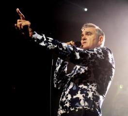 Χάος στη σκηνή του Morrissey (video)