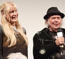 Ο Neil Young παντρεύτηκε την ηθοποιό Daryl Hannah