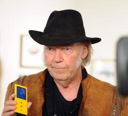 Neil Young: «Οι δισκογραφικές σκότωσαν την υψηλή ποιότητα ήχου»