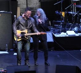 H Patti Smith συναντά στη σκηνή τους Bruce Springsteen και Michael Stipe